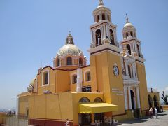 メキシコ最大とされるチョルーラの巨大ピラミッドと上部に建つ教会