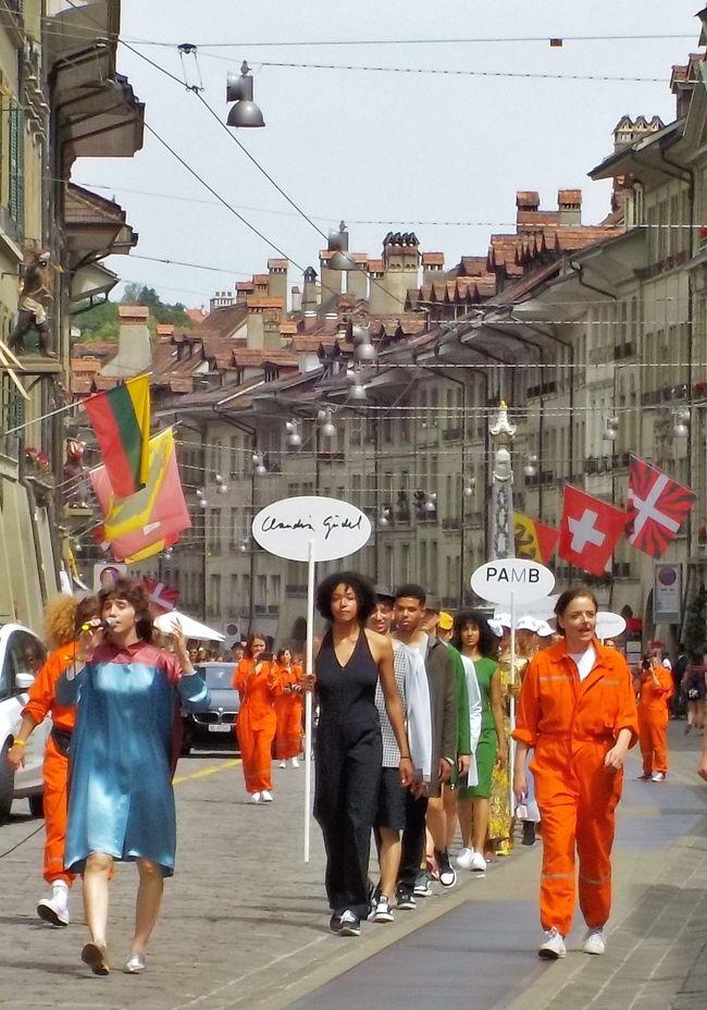 ベルン旧市街がファッションショーのステージに!<br /><br />「Laufmeter」はベルンで活躍する若手デザイナーのファッションに身を包んだモデルたちが、世界遺産のベルン旧市街を練り歩くというイベント。<br />メイン会場となったコルンハウス内では、各デザイナーブランドの洋服も販売されていましたよ。