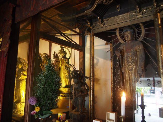 西国三十三所草創1300年記念特別拝観、第5番札所の葛井寺では阿弥陀堂(二十五菩薩堂)が公開されています。<br /><br />しかも、この日が最終日、この機会をのがすと次はいつになるかわかりません。<br /><br />梅雨が始まろうかという空模様ですが、お参りすることにしました。<br /><br />いままで堂内に入ることができないのですが、堂内でお参りすることが出来ます。<br /><br />しかも写真撮影も良いとのこと。<br /><br />すばらしい阿弥陀如来立像の両側に二十五(実際はお地蔵さまが加わって二十六)の菩薩さま、お堂の全面に立体的に並んでいる、そのお姿は圧巻です。<br /><br />【写真は、阿弥陀堂内の阿弥陀さまと菩薩さまです】