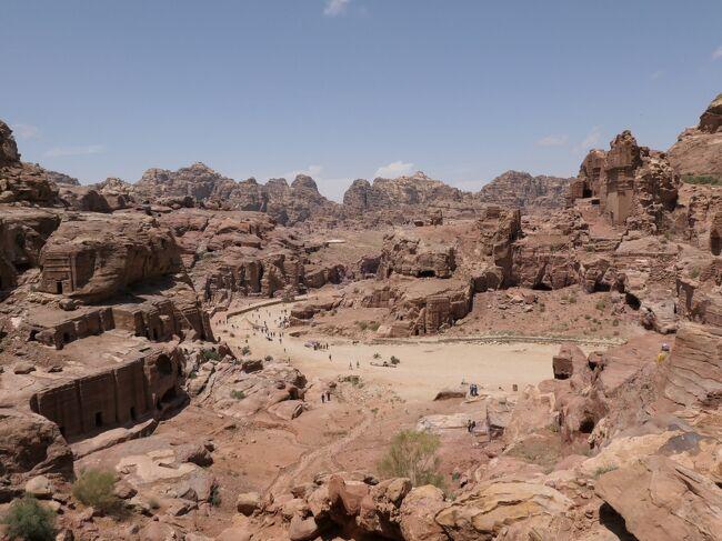 ヨルダンに来たほとんどの旅人が訪れる場所がある。<br /><br />紀元前2世紀頃、遊牧民ナパタイ人が貿易・交通の要所に定住を始め、ナパタイ王国を建国した。<br />その首都として繁栄した当時を今に伝える広大な遺跡群。<br /><br />ヨルダン観光初日、その目的地はヨルダン最大のみどころぺトラ遺跡です。<br /><br />今日と明日の2日間にわたるぺトラ遺跡観光の始まりです。
