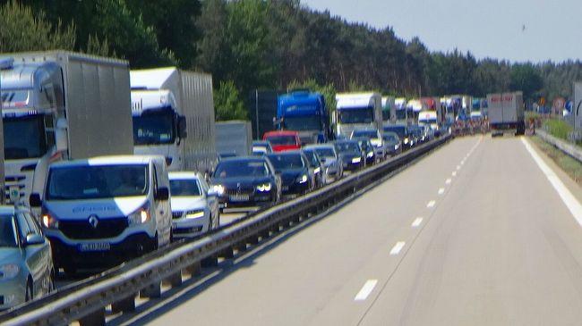 昨日に続き、ベルリンの早朝散歩をし、ホテルをチェック・アウトした後、南南東に200キロほど先の、学術都市ライプツィヒへ向かいました。<br /><br />写真は、途中の大渋滞の対向車線。