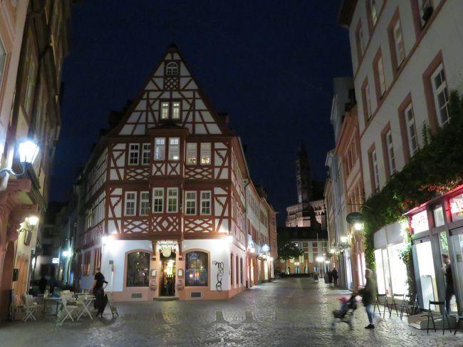 2018年5月2日(水)Mainz マインツの夜♪<br />表紙のフォトは大好きなワインハウス Zum Spiegel ツム シュピーゲル♪オーナーご夫妻には、いつもいつも本当に親切にして頂いております。感謝しかないです!(^^)!<br />右側の通りはライヒホフ♪左側がハイリググラープガッセです♪<br />夜のMainz マインツですが、見所がたくさんあります♪キルシュガルテン、Marktplatz マルクト広場、大聖堂などなど♪<br />ぜひ!Mainz マインツに宿泊される方は夜のお散歩をお勧めします!(^^)!<br />ドイツ入りした今日、これだけ楽しめるのって本当に幸せです。正直、身体はボロ雑巾のようにへろへろに疲れちゃったけど♪<br />でも、これが私達の一番やりたい事!!!<br />12泊、ばっちり楽しみたいと思います。<br /><br />