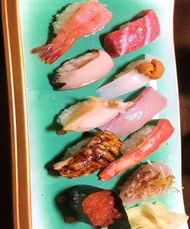 我家の恒例のイベントで、260km離れた金沢まで、娘家族4人と金沢百万石ランチを楽しんで来ました。<br />朝8時出発、途中あいにくの名神高速補修工事にひっかかり、12時過ぎに到着。早速駅前のお寿司屋さんに入り、石川県の寿司組合がやっている伝統の食文化を継承する匠の職人が握る「百万石の鮨」キャンペーンの新鮮な魚をいただいて、近くの「金沢21世紀美術館」で孫と一緒に軽く運動してから美術鑑賞。5時に金沢を出て途中のサービスエリアで食事をし9時半到着という、往復600kmの強行軍でしたが、ノドグロをはじめ日本海の魚は絶品、孫とのスキンシップも充分に出来て、内容の濃い素晴らしい1日でした。<br />