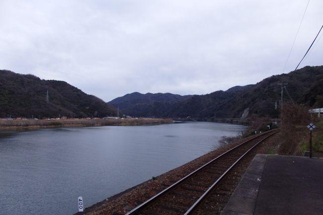 千金駅から猛ダッシュし、なんとか次の列車が来る前に江津本町駅にたどり着くことができました。<br />三江線の中でも、特に江の川のすぐ横に位置する江津本町。川を眺めながらのんびりしていて、気づいたら数時間……そんなことをしてみたくなる駅でした。実際のところ、わずか数分しか滞在できていないわけですが。<br /><br />2019/07/22投稿