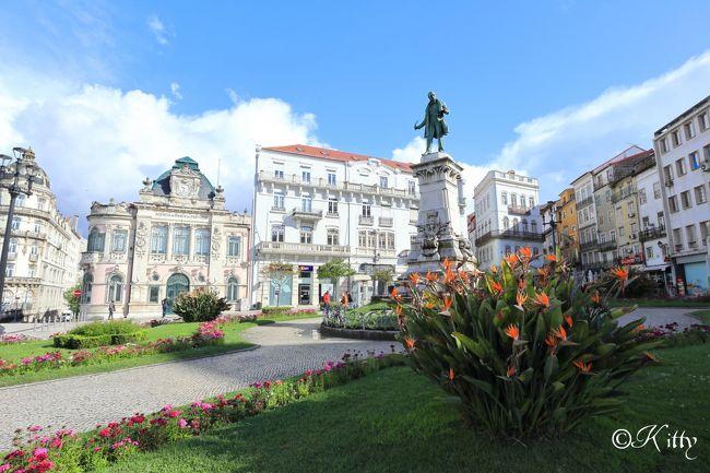 今年のGWは母と一緒にポルトガル1か国で12日間の贅沢2人旅。<br />ユーラシア大陸最西端の小さな国ポルトガルで12日間も行く所ある!?そう思う人も多いのでは?<br />私もそう思ってました(笑)リスボンくらいで十分でしょ?と。<br />そう、ある日偶然シントラのペーナ宮殿を見るまでは…。<br />こんなカラフルなお城見たことない!見てみたい♪と思ってからポルトガルのこと調べると、行ってみたい所出てくる、出てくる♪<br />そう思って数年、今回やっと行くことができたポルトガル。<br />リスボン、ポルトの都市以外にも雄大な自然のドウロ渓谷、モンサントの小さな村までぐるっと1周してみたら、ポルトガルの魅力発見できた。<br />ポルトガル人のやさしい人柄にも触れあえて、やっぱり行って良かったポルトガル☆☆<br /><br />=================================================<br /><br />オビドスから車で1時間、学生の街コインブラに到着。今日はここで1泊。<br />コインブラは、ポルトガル最古の大学がメインの街とだけあって、なんだかとても賢い雰囲気がある街。リスボンやポルトよりも落ち着いた印象。<br />ここではなんと言っても、世界一美しいと言われるジョアニア図書館が見たい!!<br />300年近い歴史を持つ図書館はやはり圧巻の美しさ。<br />同じコインブラ大学内にあるサン・ミゲル礼拝堂も思いがけず素晴らしくて感動☆☆<br />コインブラでは晴れたり雨が降ったり寒かったりと、天気に振り回されてちょっと駆け足になっちゃったけれど、もっとじっくり街歩きしたい街だったな。<br /><br />=================================================<br /><br />【旅行日程】<br />1日目 成田-ドバイ乗継-リスボン(リスボン泊)<br />2日目 リスボンベレン・バイロアルト・シアード観光(リスボン泊)<br />3日目 日帰りシントラ・ロカ岬観光(リスボン泊)<br />4日目 リスボン-オビドス観光-コインブラ観光(コインブラ泊)★<br />5日目 コインブラ観光-アヴェイロ観光-コスタノヴァ観光-ポルト(ポルト泊)★<br />6日目 ポルト観光(ポルト泊)<br />7日目 日帰りサンティアゴ・デ・コンポステーラ観光(ポルト泊)<br />8日目 ポルト-ドウロ渓谷観光(ピニャオン泊)<br />9日目 ドウロ渓谷-モンサント観光-リスボン(リスボン泊)<br />10日目 リスボンアルファマ・バイシャ観光(リスボン泊)<br />11日目 リスボン-ドバイ乗継<br />12日目 羽田