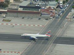 道路を横切る飛行機をジブラルタルで見る