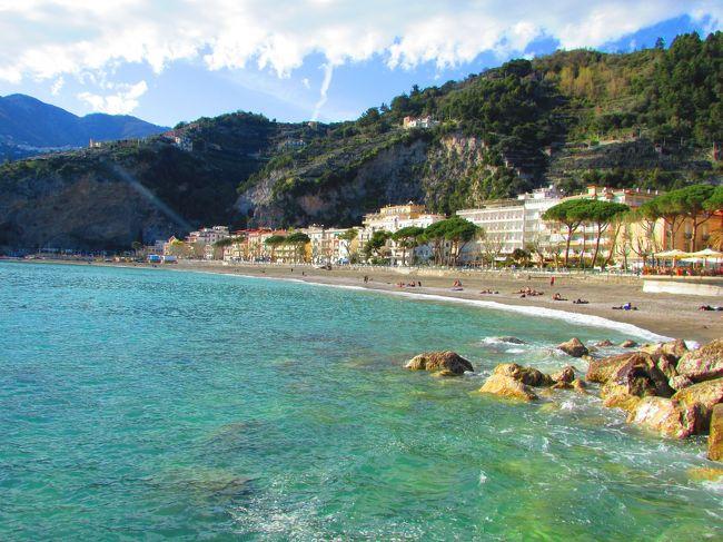 ナポリでレンタカーを借りアマルフィコーストをドライブしてきました。曲がりくねる道をサレルノからソレント方面へと向かいました。まずはビーチがあるマイオーリで宿泊。<br />