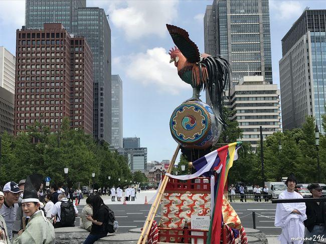 隔年開催される日枝神社の山王祭・神幸祭行列を見に出掛けました。<br />この日は、梅雨の晴れ間で、結構暑い日となったので、皇居外苑付近から丸の内仲通りの間で行列を見て短時間で切り上げました。<br /><br />山王祭では、総勢500人、約300mの祭礼行列が、東京都心の氏子区域を巡り、皇居坂下門にて駐輦祭、宮司以下神社役員が神符の献上及び、参賀を行います。<br />江戸三大祭(山王祭、神田祭、深川八幡祭)のひとつで、さらに京都の祇園祭・大阪の天神祭と共に、日本三大祭にも数えられるお祭りです。<br />江戸時代には、三代将軍家光公以来、歴代の将軍が江戸城内に入御した神輿を上覧拝礼する「天下祭」 として盛大をきわめました。<br />