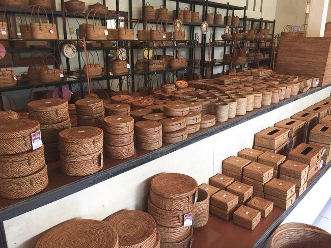 バリ島には色々な雑貨が売られています。<br />世界中にアジアン雑貨のお店屋があり、たくさんの人が仕入れに来ます。<br />バリ島の村毎に得意な工芸品が売られています。<br />銀製品の村、木彫り製品の村、絵画の村、石像の村、竹製品の村、アタ製品の村、皮製品の村など様々です。ご希望に合わせてオーダーも出来ます。<br />また色々な種類が揃う、安い製品が売られている市場もたくさんあります。<br />お店の仕入れの為、また安いお土産を買う為、ドライバーが色々な場所をご案内、通訳させていただきますので、ご希望がある方はお気軽にお問い合わせください。<br />http://karismabalitour.com/business.html