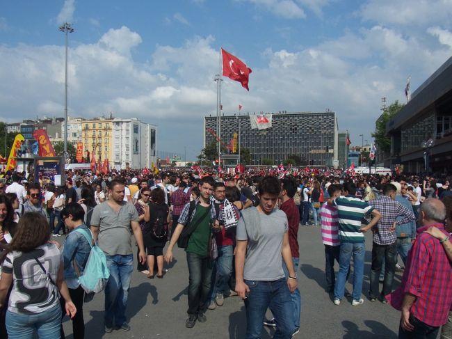 6月1日にグルジアのトビリシからイスタンブールに移動し、1日と2日はイスタンブールの街を観光した。イスタンブールは2度目なので、前回見たトプカピ宮殿、アヤソフィア、グランドバザールはスキップし、1日はブルーモスクと地下宮殿、2日は、ドルマバフチェ宮殿からはじまって、スュレイマニエ・ジャーミー等のモスク、それからフェリーに乗って初めてアジア側のユスキュダルに足を踏み入れた。ユスキュダルは、江利チエミの「ウスクダラ」という曲で名前も歌もメロディーもよく知っていたので、今回何としても行こうとしたもの。しっかり、ウスクダラの歌を口ずさみながら、フェリーの旅を楽しんだ。<br /><br />ヨーロッパ側に戻ってから、これまた初めて新市街のイステイクラール通りを経て、タクシム広場まで行くことにした。世界一短い地下鉄(2分の区間のみ)に乗って、途中まで上がり、新市街を走る路面電車に乗ろうとしてビックリ。何と電車は運休中で車両も全く見当たらない代わりに、歩行者天国のように物凄い数の人々が道路を埋め尽くしていた。何の事情も知らないまま、タクシム広場の方に向かうと、旗を掲げたり、プラカードを持ったり、デモ行進をやっている印象であった。<br /><br />はじめは、日曜なので、単なるお決まりのデモ行進でもやっているのかなと思いきや、広場に近づくとお店のガラスが割られたり、イタズラ書きがされていたり、建物が占拠されていたりして、異様な雰囲気を感じはじめた。その辺のお店の人に訊いたら、エルドアン首相の圧政に対する民衆による反対デモで、もう3日も続いているという。タクシム広場に着くと、広場も回りの建物も一般市民に占拠されていて、建物の屋上で旗を振ったり、アジ演説が行われたり、殺気立ったものすごい光景を目の当たりにした。<br /><br />ホテルに戻ってインターネットでニュースを見たら、日本のメディアでも大きく取り上げられていたので、これまたビックリ。ニュースによるとタクシム広場でデモ隊と治安部隊の衝突があって、相当数のけが人が出たり、この反政府デモは、全国に広がっているようである。何の事前情報もなく、観光気分でそのまま反政府デモのど真ん中に入り込んでしまったようである。しかし、異様な雰囲気ではあったものの、歩いていて身の危険を感じるようなことは全くなかった。<br /><br />一方、イスタンブ−ルは、観光地としては、物凄い魅力がある。華々しいトルコの歴史、由緒あるモスクがイスラム世界を彷彿、ヨーロッパとアジアのまさに架け橋なので、一種独特のエキゾチックに雰囲気に溢れ、世界中からたくさんの観光客が訪れている。反政府デモで地元の民衆が集まっていたが、観光客も街に溢れかえっていた。たった2日だけだが、その活気に圧倒された感じである。トルコの光と影の両方を同時に見た感じである。<br /><br />写真は、タクシム広場の反政府デモの模様