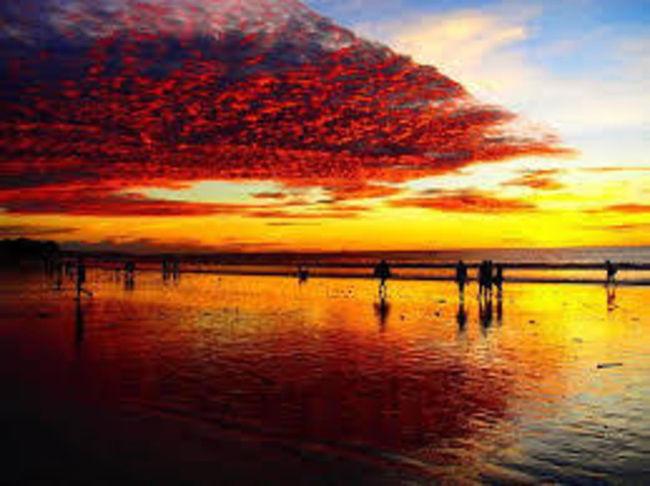 バリ島はビーチリゾートや最近人気のあるウブド、サーフィン、ダイビングなどが有名であるが、その他にも魅力ある文化、地区がある。<br />ヒンドゥー教徒の行事には、いろいろある。<br />*ニョピ<br /> ヒンドゥー教最大の行事でニョピの日は家の中でじっとしている。航空幾は国際線を含めて全て運航されない。タクシーなどもジャワ島から出稼ぎに来ているイスラム教徒でぼそぼそ走らせている。<br />*カルンガン、クルンガン<br /> 日本のお盆に当たるカルンガン、クルンガンは先祖を迎えたり、送ったりする祭りで、一週間程度休暇となる。<br />*アグン山とベサキ寺院<br /> アグン山は日本の富士山のように神の宿るバリ島最高峰である。ベサキ寺院はヒンドゥー教最大の寺院。<br />*その他<br /> ほとんどの村で毎日のように祭りがあり、また朝夕花のお供えを至るところにあげる。ヒンドゥー教の神があらゆるところにいるためである。<br />*ワヤン<br /> 影絵による劇で、ジャワ島のジョグジャカルタにもある。<br />*トルニァン村<br /> キンタマーニ地方のバツール山とバツール湖は景勝地だが、バツール湖の対岸に風葬の村で知られるトルニァン村があるが、最近観光地化している。風葬の地はスラウェシ島のコーヒーで有名なタナトラジャにもある。<br />*ギリマニュクはバリ島の西部にあり、ジャワ島からの玄関口でフェリーでつながっている。ジャワ島第二の都市、スラバヤからバスで10時間以上で来れる。正月休みなどはジャワ島から大勢の観光客がやって来て南部のビーチリゾートは交通麻痺やホテルも満員状態になる。<br />*世界的旅行誌Lonely Planetの旧版を参照した。