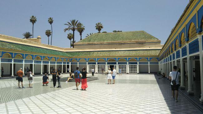 初夏のモロッコをおじさんが一人旅で廻りました。<br />本当は爺さんですが、爺さんでは色気がないのでおじさんで通します。<br />いつもは連れ合いの「おか」と二人旅を楽しむのですが、日程が困難なため久しぶりの一人旅です。<br /><br />モロッコは、映画「カサブランカ」で見て以来いつかは行ってみたいなと思っていた国です。<br />日の沈む国はどんなところでしょうか?<br />世界3大ウザイ国と言われるけどどんなでしょうか?<br /><br />5日目はエッサウィラからマラケシュからへ移動し街歩きを楽しみます。<br />朝のエッサウィラは店が開いていないので青いドアがさらに引き立ちリゾートの街らしい表情を見せてくれました。<br />マラケシュに戻ってバヒア宮殿、エルバディ宮殿には入れたのでしょうか?<br />フナ広場の夜景も楽しみたいと思います。<br />1ディルハム=12円でした。<br /><br />□ 5/8 成田出発<br />□ 5/9 アブダビ→カサブランカ→マラケシュ   マラケシュ泊<br />□ 5/10 マラケシュ街歩き               マラケシュ泊<br />□ 5/11 マラケシュ→エッサウィラ エッサウィラ街歩き エッサウィラ泊<br />■ 5/12 エッサウィラ→マラケシュ マラケシュ街歩き  マラケシュ泊<br />□ 5/13 マラケシュ→フェズ              フェズ泊<br />□ 5/14 フェズ 街歩き                フェズ泊<br />□ 5/15 フェズ→シャウエン    シャウエン街歩き  シャウエン泊<br />□ 5/16 シャウエン街歩き タンジェに移動       タンジェ泊<br />□ 5/17 タンジェ→タリファ→ジブラルタル       アルへシラス泊<br />□ 5/18 タリファ→タンジェ→カサブランカ       カサブランカ泊<br />□ 5/19 カサブランンカ街歩き             カサブランカ泊<br />□ 5/20 カサブランカ→アブダビ            機内泊<br />□ 5/21 成田着
