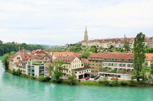 1月に入籍、挙式を行った妻と、新婚旅行へ行ってきました☆<br /><br />行き先は妻と話し合いの上、私の希望していたヨーロッパへ決定。<br />様々な旅行会社のツアーを比較した結果、阪急旅行社のツアーに申し込みをしました。<br /><br />9日間の行程で、フランス、スイス、リヒテンシュタイン、ドイツの4か国を観光するコース。<br />パリ、モン・サン・ミッシェル、マッターホルン、ノイシュバンシュタイン城など、ヨーロッパの有名観光地をまとめて巡る贅沢な行程です。<br />ツアーの詳細は下記をご覧ください。<br /><br />【デラックスVIPバス利用】<br />日本航空(JAL)国際線往復直行便利用!<br />(羽田→パリ、フランクフルト→成田)新スペシャルヨーロッパ9日間<br />http://www.hankyu-travel.com/tour/detail_i.php?p_course_id=E757JA&amp;p_hei=10<br /><br />ツアー参加者は、夫婦での参加者や、親子での参加者など、計29名。<br />新婚旅行での参加者は私たちだけでしたが、他の参加者さんにも優しくしていただき、素敵な添乗員さんにも恵まれ、楽しく9日間の行程を過ごすことができました。<br /><br />この旅行の記録は、17冊に分けてまとめています。<br />(下記行程の◆が、本旅行記の該当部分です。)<br /><br />《1日目》<br />【フランス】<br /> ◇羽田(HND)→→→パリ(Paris)シャルル・ド・ゴール(CDG)<br /> ◇ロワシー(Roissy)(泊)<br /><br />《2日目》<br />【フランス】<br /> ◇ヴェルサイユ宮殿(Chateau de Versailles)<br /> ◇セーヌ川クルーズ(La Seine)<br /> ◇エッフェル塔(Tour Eiffel)<br /> ◇シャイヨー宮(Palais de Chaillot)<br /> ◇サクレ・クール寺院(Basilique de Sacre Coeur)<br /> ◇モンマルトルの丘(Montmartre)<br /> ◇ロワシー(Roissy)(泊)<br /><br />《3日目》<br />【フランス】<br /> ◇凱旋門(Arc de Triomphe)※車窓観光<br /> ◇シャンゼリゼ通り(Av. des Champs Elysees)※車窓観光<br /> ◇コンコルド広場(Place de la Concorde)※車窓観光<br />   ◇ノートルダム大聖堂(Cathedrale Notre Dame de Paris)※車窓観光<br /> ◇ルーヴル美術館(Musee du Louvre)<br /> ◇モン・サン・ミッシェル(Le Mont Saint Michel)<br /> ◇モン・サン・ミッシェル(Le Mont Saint Michel)(泊)<br /><br />《4日目》<br />【フランス】<br /> ◇モン・サン・ミッシェル(Le Mont Saint Michel)<br /> ◇パリ市内(Paris)<br /> ◇トアリー(Thoiry)(泊)<br /><br />《5日目》<br />【スイス】<br /> ◇ジュネーヴ(Geneve)<br /> ◇レマン湖(Lac Leman)<br /> ◇ラヴォー地区(Lavaux)<br /> ◇ツェルマット(Zermatt)<br /> ◇ゴルナーグラート鉄道(Gornergratbahn)<br /> ◇ゴルナーグラート展望台(Gornergrat)<br /> ◇マッターホルン(Matterhorn)<br /> ◇ベルン旧市街(Bern)<br /> ◇ベルン(Bern)(泊)<br /><br />《6日目》<br />【スイス】<br /> ◆ベルン旧市街(Bern)<br /> ◇インターラーケン(Interlaken)<br /> ◇ハーダークルム展望台(Harder Kulm)<br />【リヒテンシュタイン】<br /> ◇ファドーツ(Vaduz)<br />【オーストリア】<br /> ◇フォアアールベルク地方(Vorarlberg)<br />【ドイツ】<br /> ◇ホーエンシュバンガウ(Hohenschwangau)(泊)<br /><br />《7日目》<br />【ドイツ】<br /> ◇ノイシュバンシュタイン城(Schloss Neuschwanstein)<br /> ◇ヴィース巡礼教会(Wieskirche)<br /> ◇ローテ