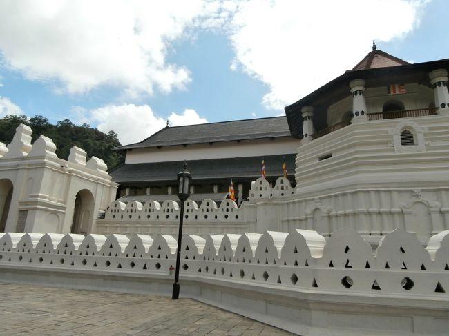 スリランカ最終日の今日は、仏歯寺観光とピンナワラの象の孤児院を観光し、夜遅くの飛行機で帰国する。<br /><br />★仏歯寺(Temple of the Tooth)<br />スリランカを代表する仏教寺院。<br />シンハラ語では「ダラダー・マーリガーワ寺院」と呼ばれており、仏教国スリランカの信仰を代表する寺院で、各地から多くの人たちが訪れている。<br />4世紀に南インド王の娘が嫁いでくる際に持ち込まれた仏歯(仏陀の歯)は、王権の象徴となり、現在この寺に保管されている。<br /><br />★ピンナワラ・象の孤児院<br />親を亡くした小象や怪我をした象を保護している施設。<br />象の姿を間近に見られ、決められた時間に幼い象にミルクをあげたり、近くの川まで集団で水浴び行く様子が一般に公開されている。