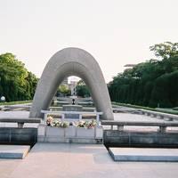 広島出張その2早朝平和記念公園に行き世界平和核兵器廃絶を祈願しまた広島駅で市電を撮りました。