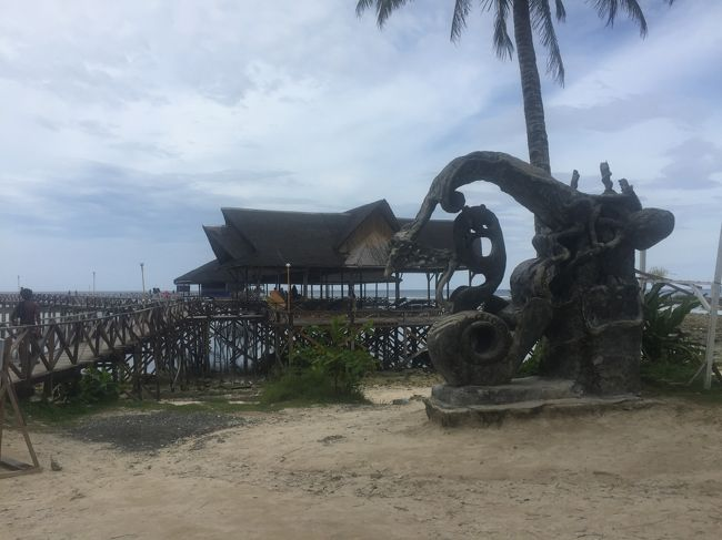 フィリピンのエルニド・パラワン・ボラカイ。そして現在世界から注目されているサーファーの島シアルガオ島。<br />現在(2018年6月14日現在)閉鎖中のボラカイ島。これに変わって今人気のある島シアルガオ島の二日目の旅行記を作成してみました。私は以前ボラカイ島に在住して、小さなホテルとダイブショップ、レストランを経営していましたが、現在は板前としてフィリピン中の日本料理店の開店依頼を受ける開店屋さんになってしまい、ボラカイ島ファンで更新を楽しみにしていた方には誠に申し訳ありません。その日本料理店を開店して欲しいのでと依頼を受け、是非現地視察に行ってみてくださいと言うのが今回のシアルガオ島渡航の理由でしたので、シアルガオ夢売り案内人になる可能性大です。