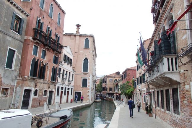 2018.05 GWに巡るイタリア三都物語(12)ヴァポレットで巡る水の都・ぶらり街歩きで路地に迷い、名物のイカ墨パスタを食べよう