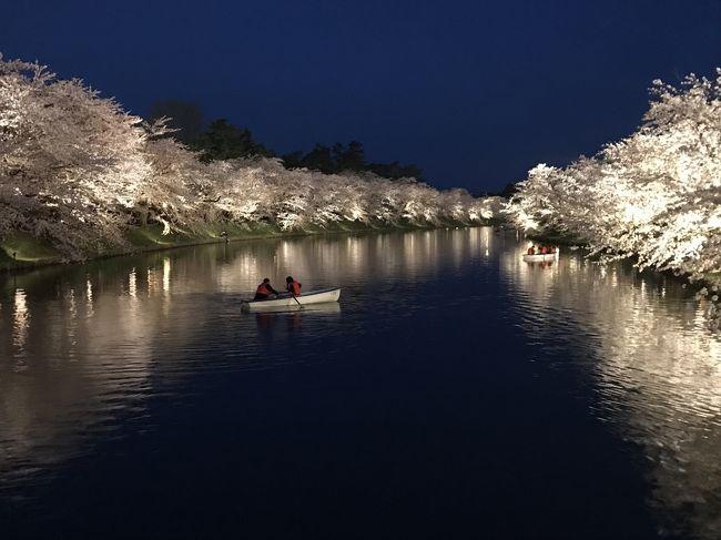 今年のGWは北東北の桜を愛でに行こう!と思っていたら、暖かすぎて一週間早く開花。弘前城の桜を見る!と決めていたのに見られないのは悔しいのでGW前の土日も青森に行ってしまいました!<br /><br />4/22 合浦公園→八甲田ゴールドライン経由で十和田市で桜と現代美術を堪能。<br />もう帰ってもよかったのですが、22日は暖かかったので、弘前の桜は満開になったのでは?と思い、十和田市から桜を追って弘前に舞い戻りました。<br />戻って大正解!!<br />満開の夜桜を十二分に堪能できました!<br /><br /><br />旅の概要<br />4/19 終業後、18:20 東京発 「はやぶさ35号」で新青森へ。<br />4/20 親戚宅でまったり。夜は一八寿司ですし三昧~!<br />4/21 弘前城・藤田記念公園・最勝院<br />4/22 合浦公園・八甲田山~酸ヶ湯温泉経由で十和田市へ。十和田市官庁街の桜と十和田市美術館を見学。夜は再び弘前公園へ、夜桜見物。<br />4/23 9:52 新青森発 「 はやぶさ14号」で東京へ。午後から出社!<br />