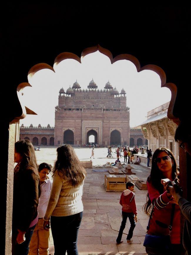 インドのお寺と言えば、やはりヒンドゥ教寺院ですが、インドにはイスラムのモスクもあります。<br />にわかムスリムがモスクでおはらいを受けました。<br /><br />「あなた、ムスリムですかぁ?」<br /><br />「Just a little  (汗;)」