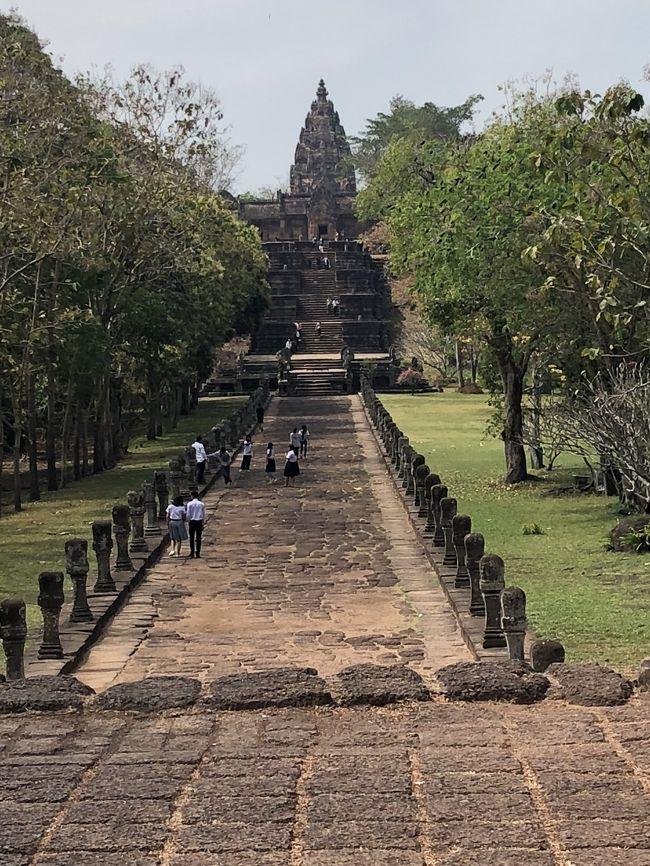 恒例の陸路縦断研修旅行。2018年はベトナム中部から南ラオス、タイの南イサーンを通ってバンコクに向かうルート。18回目は、タイに残るクメール遺跡の一つで、天空の遺跡とも言われている「パノムルン」に行ってきました。とても公共交通で行ける自信がなかったので、ここは「投資」して、ナコーンラチャシーマーからタクシーをチャーターしました。