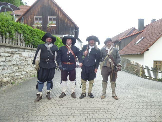 """≪2018年ドイツの春:フランケン地方・オーバープファルツ地方の旅≫<br />2018年5月10日(木)~5月24日(木)15日間<br /><br />目的地:バイエルン州フランケン地方・オーバープファルツ地方を中心に巡る。<br />(ニュルンベルクを中心としたFrankenフランケン地方、レーゲンスブルクを中心としたOstbayern東バイエルンのOberpfalzオーバープファルツ地方)<br /><br />①5月10日Spessartシュペッサート地方の選帝侯の古城ホテル ヴァイバーヘーフェに泊まる<br />②5月11日ウンターフランケン地方の要塞都市デッテルバッハ<br />③5月11日リーメンシュナイダーの傑作マリア巡礼教会にある""""ぶどう園のマリア""""とマイン川の蛇行<br />④5月12日フランケン・スイス地方の古城群:ドイツの英雄クラウス・シュタウフェンベルグ大佐ゆかりの城を訪ねる。<br />⑤5月13日フランケン・スイス地方の古城群:出くわした30年戦争時のツワモノども<br /><br />写真は出くわした30年戦争時のツワモノども<br /><br />"""