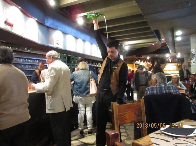 4日目は世界遺産の街、<br />スペイン北西部オビエドの街歩きです。<br /><br />写真は<br />シードラ(リンゴ酒)を注ぐパフォーマンス<br />