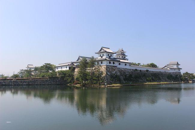 今回の四国旅行の3日目最終日は、今治城と松山城を見に行きました。<br />藤堂高虎ゆかりの今治城、江戸時代からの天守が残る松山城。<br />いずれも「名城」と言える城です。<br />天気も良かったので、青空にお城が映えていました。