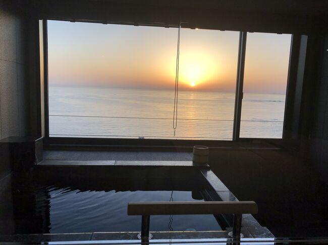 マリオットプラチナチャレンジ5泊目で、南紀白浜に行って来きました♪<br />一番安い部屋15,950円(税込)で予約しましたが、<br />温泉付きのお部屋にアップグレードしてもらえてよかったです。<br />アジアでは、ここだけドバイシファスパの施術を受けて来て気持ち良かったです。オイルは本物宝石が入っている!!ダイヤモンド、エメラルド、ゴールドがあり、ダイヤモンドにしました♪良い香り♪一番人気はエメラルドだそうです。<br />http://www.shirahama-marriott.com/rooms/plan.html<br /><br />ビーチに出るには、<br />坂道が多く帰りは上り坂でしんどかったです。<br />温泉とラウンジは気に入りました♪<br />朝ごはんは、流石南紀白浜  梅のオムレツ作っていただきました♪<br />南紀白浜空港からタクシーで7分1050円で、<br />飛行機はウルトラ先得で羽田から往復合計運賃 18,580<br />(大人1名)でした。<br /><br />また行こう♪