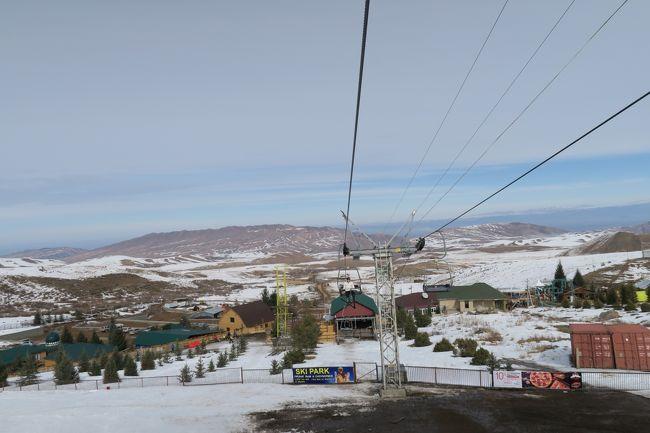 海外ぼっちスキー2018はキルギスタンエリアに来たーっ! <br />今回のキルギススキーは最終のカラコル以外はトホホな結果に・・・<br />過去行った海外スキーでは最悪な結果になってしまった。<br /><br />Day3 はキルギス首都ビシュケクから南に車で約90分の所にあるチュンクルチャック( Chunkurchak / Чу?курчак )と、ちょっと離れたジール( Zil / ЗИЛ )スキー場をハシゴした。いわゆるメグラーというヤツです。<br /><br />その2つ目のジールです。 ここはリゾート整備を進めているようでかなり施設は綺麗だった。<br /><br />しかし、スキー場のコースには雪がほとんどなく、しかも平日な為か4本あるリフトのうち1本しか動いていないというまさかな事態。う~ん海外まで行って滑るって考えた時、涙が出てくる状態だった。<br /><br />■旅程<br />Day1<br />2/23 名古屋8:15→(JL3082)→9:25成田13:10→(SU261)→17:35モスクワ21:30→(SU1882)→<br />Day2 地上移動はチャータータクシー<br />2/24 4:45ビシュケク→カシュカースー/アクターシュ/オルーサイの各スキー場(キルギス)<br />Day3<br />2/25 ビシュケク観光<br />Day4<br />2/26 チュンクラチャック/ジールの各スキー場 → トクマク<br />Day5<br />2/27 トクマク→イシュククル湖→カラコル<br />Day6<br />2/28 カラコルスキー場<br />Day7<br />3/1 カラコル観光<br />Day8<br />3/2 カラコル→イシュククル湖→ビシュケク<br />Day9<br />3/3 ビシュケク6:05→(SU1883)→7:40モスクワ→モスクワ市内観光→モスクワ20:00→(SU260)→<br />Day10<br />3/4 11:40成田18:30→(JL3087)→19:45名古屋<br /><br />■航空券<br />・JAL往路国内 クラスJ \8,250<br />・JAL復路国内 6000mile + \1,000(クラスJ分)<br />・アエロフロート \218,500(ビジネス)<br /><br /><br />■ジールスキー場<br /><br />ゲレンデ情報<br />標高:1855 m - 2335 m<br />リフト:5基<br />総滑走距離:12km<br /><br />◆今回は冬用タイヤのあるレンタカーを借りられなかったので、NH Tabi Company さんにチャータータクシーを手配頂きました。<br /><br /><br />レポートは以下のページにありますので、良ければ見てください。<br />http://www.soleil1969.com/ski/18ky/18kyzil.html