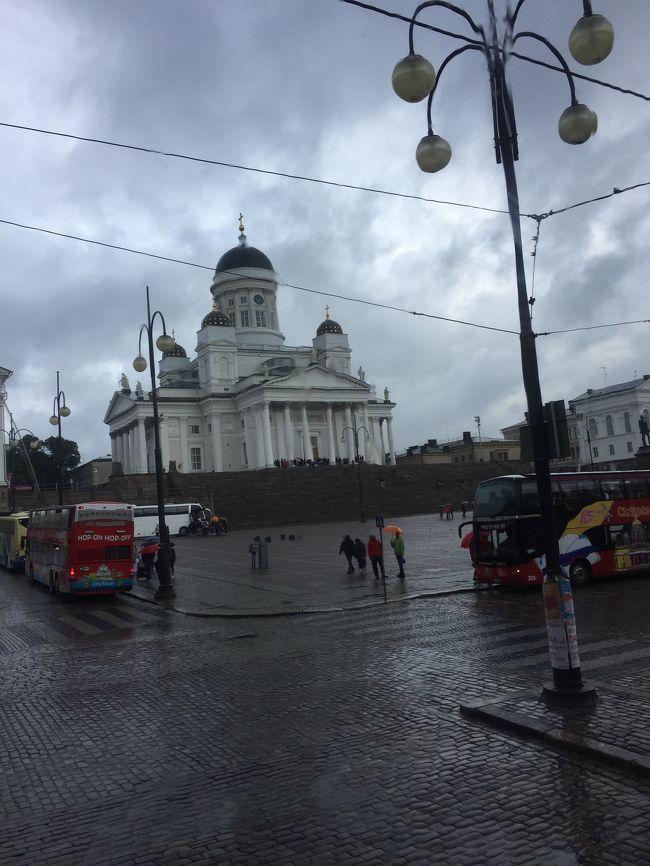 2017年8月4日から8月11日にフィンランドのヘルシンキとロバニエミ、<br />エストニアのタリンへ家族で行ってきました。<br /> <br />初めてのヨーロッパ!!初めてのフィンランド!!<br />私が幼稚園生だった時、運動会で運動場に飾る万国旗を<br />園児が手書きで書いていたのですが、私は年中・年長とフィンランドを<br />書いていたものです。<br />そこからの縁なんですかね☆<br /> <br />ここでは4日目のヘルシンキでの事を書いていきます。<br /> <br />フィンランドが初めてだったので観光したい所は沢山!!<br />でも全てを周るためには時間が足りない…。<br /> <br />という事で「ホップオン・ホップオフ」ツアーを利用しました。<br /> <br />こちらは2階建てのバスに乗って音声ガイドを聞きながら<br />ヘルシンキの主要観光地を巡るというものです。<br />沢山の箇所を2時間くらいでサクっと周れるので<br />結構オススメかもしれません。<br /> <br />あと夕食に行った「Salve」というレストランが美味しかったなぁ。<br /> <br />それではご覧下さい。