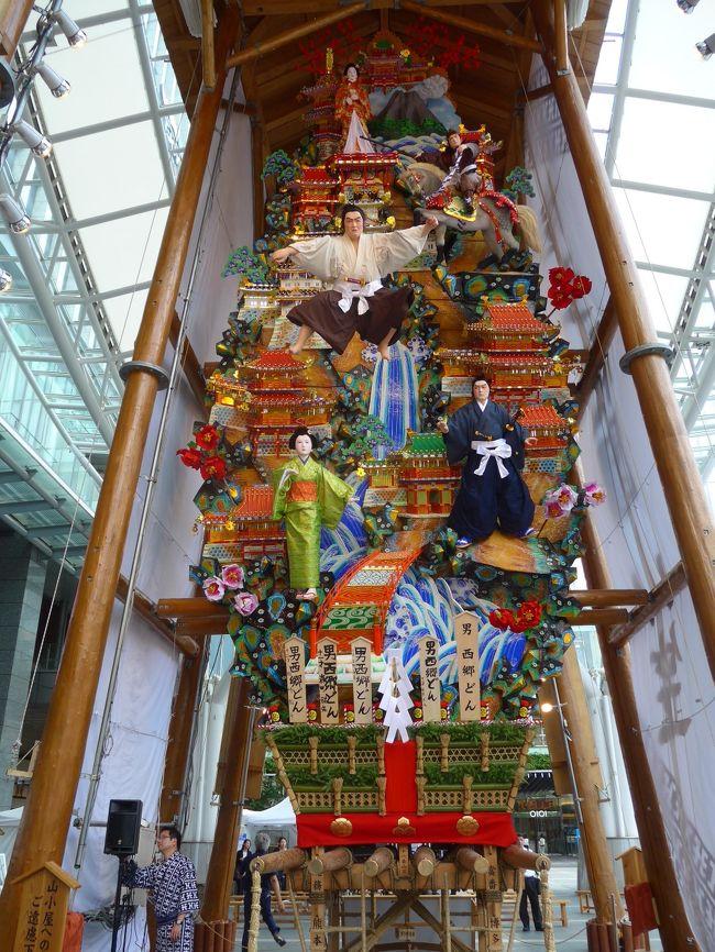 毎年恒例の博多祇園山笠が7月1日よりスタートしていつもの博多駅前広場に常設の飾り山笠が展示されていました。<br />お昼と夜の展示風景を撮影しました。<br />今年のテーマは「表 男 西郷(せご)どん」と「見送り ゴリパラ 見聞録」です。<br />高さもありとても見ごたえがあります。<br />7月15日の追い山までお祭りモードが段々と高まって行く博多の街でした。<br />夜は名物の「鉄なべ 餃子」に行ってきました。<br />その詳細は写真でコメントします。