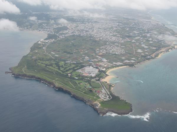 羽田空港からはJALファーストクラスで那覇空港へ快適な空の旅。列島に停滞している前線の影響で多少揺れたものの、雲の切れ間から眺める景色は空旅ならでは。おいしい機内食を頂いて無事に那覇空港に到着です。