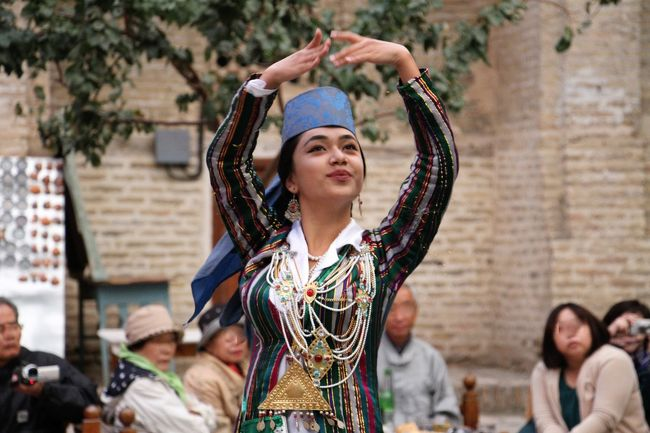 ブハラ観光の後編です。カラーン・モスクを観光した後歩いてタキ・ザルガロン(バザール)にやって来ました。<br />ブハラは古い街なので中世の面影がそのまま残っています。通りを歩いても古の息吹を感じます。<br />午後3時過ぎまでに予定の観光を終えたのでホテルで休憩を取り、夕方夕食を食べながら民族舞踊ショーを見ました。<br />中央アジアの激しいリズムに乗せて小気味よく踊る姿を、シルクロードを渡る隊商たちを歓待したであろう踊り子たちの姿と重ね合わせて見ているかのようでした。<br /><旅程><br />9月26日 福岡ーサマルカンド(泊)<br />9月27日 サマルカンド観光 (泊)<br />9月28日 サマルカンドーシャフリサーブスーブハラ(泊)<br />9月29日 ブハラ観光    (泊)<br />9月30日 ブハラーヒヴァーウルゲンチ(泊)<br />10月 1日 ウルゲンチーキジルカラ遺跡ートプラカクラ遺跡ーアヤズカラ      遺跡ーヒヴァーウルゲンチ(泊)<br />10月 2日 ウルゲンチータシケントー福岡へ(機中泊)<br />10月 3日 福岡着  <br />