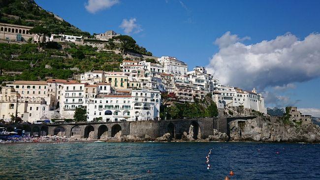 イタリア2日目はアマルフィ方面に到着しました。<br /><br />ラヴェッロに2泊します。ラヴェッロを散策した後はアマルフィへドライブがてら向かいます。<br /><br />運転は普段から安全運転の夫です。<br />というかいつも夫です。