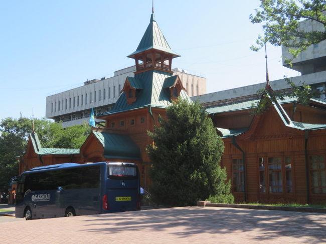 アルマトイ市街にあるカッツォルホテルアルマトイに宿泊して、翌朝からアルマトイの市内観光、最初に大きな市場「中央バザール(グリーンバザール)」にを見て「ラハットチョコレート」に立ち寄って買物をしてから歩いて「28人のパンフィロフ戦士公園」に、中心にあり公園のシンボルであるゼンコフ正教教会は丁度修復工事中で中に入ることが出来ませんでした。<br /><br />綺麗に整備されていてお花もあちこちに咲いている公園内を散策、おおきなオブジェもありました、公園に隣接している木造建築の「カザフ民族楽器博物館」には入館しました、カザフの民族楽器ドンブラや世界各国の楽器が展示されていました、日本の大正琴も展示されていました。