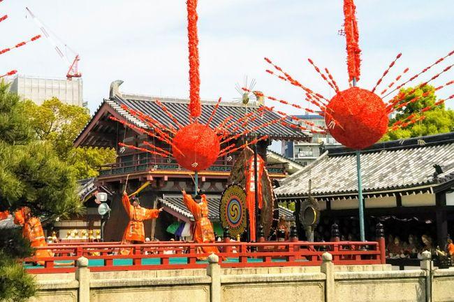毎年4月22日は、聖徳太子の命日を偲び『聖霊会 舞楽大法要』が四天王寺で開催される日です。<br /><br /> 昨年春、四天王寺を訪れたときに『番匠器名号』(大工道具で「南無阿弥陀仏」をあらわしたもの)の旗に興味を持ったことがきっかけで、聖徳太子は大工の始祖として祀られ、毎月命日の22日に御開帳される「番匠堂」の「曲尺太子像」のお姿を是非一度拝観したいと思うようになりました。<br />今回、4月後半に関西方面へ旅行することになり、「曲尺太子像」の拝観だけでなく、四天王寺最大の法要『聖霊会 舞楽大法要』の行われる4月22日、夢のような 聖霊会の一日を体験することができました。<br /><br />(表紙は、『聖霊会舞楽大法要』の舞楽『打毬楽』)