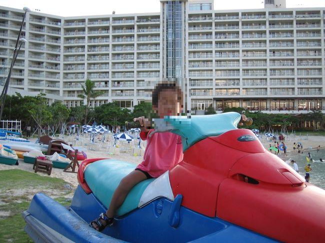 初めての沖縄旅行。<br />7才、5才、3才を連れての家族旅行。<br /><br />当時はレンタカーで知らない土地を運転するというのが怖くて、シャトルバスを利用。<br />(この後の沖縄旅行では、レンタカーを利用し、現在ではすっかり慣れてしまいました)<br /><br />この旅行ではプール&ビーチ好きの子どもたちと夫婦なので、ホテルにずっと滞在していました。<br /><br />暑い中の観光は大変だし、あまり興味もないし・・・。<br />(この後の沖縄旅行でも、若干の観光はしていますが、ほとんどシュノーケリング三昧で、美ら海水族館も行っておりません・・・。)<br /><br />今思えば、ちょっともったいなかったかもしれません・・・。<br />でも、3才連れは、あまり観光もね・・・・。<br /><br />まぁ、とにかくゆっくり過ごすことはできました。<br /><br />【宿泊:ルネッサンスリゾート沖縄】<br />