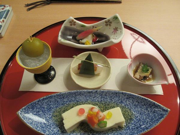 旅の3日目のディナーはホテル日航アリビラのレストラン、日本料理・琉球料理「佐和」で七夕会席を頂きます。<br />天の川に見立てたお料理や笹の葉と短冊をしつらえたお造りなどなど、目で楽しみ舌で味わいます。<br />どんなお願いをしようかな?<br />