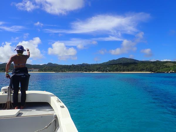 夏リゾート沖縄(11)朝はアリビラブレックファースト。そして万座毛をバックに記念写真のあとは美しい万座の海でダイビング!