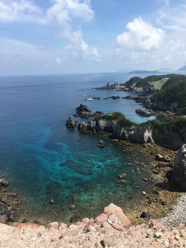 東京都でありながら自然がいっぱいの伊豆諸島。海遊びを目的に、夏休みに式根島へ行ってきました!<br /><br />竹芝桟橋から高速ジェット船で約3時間。ちょっと浮いて走るジェットは波の影響を受けにくく、快適に式根島に到着!<br /><br />そこにあったのはお魚いっぱいの透き通る海と満点の星空、天然温泉、そしてのんびりゆる~い田舎町でした(^^)<br /><br />ジェット船なら時間もかからないし沖縄行くより安い!二泊三日で大満足なので、三連休でも手軽に来れそう。というわけで、伊豆七島制覇したくなりました!<br /><br />☆旅行記中の式根島のスポット☆<br />◾️海水浴<br />中の浦海水浴場  <br />・お魚がいっぱい→シュノーケリング◎<br />・夏は海の家あり(今年は7/12から)<br />泊海水浴場  <br />・湾が見下ろせる絶景フォトスポット!<br />・夏は海の家あり(今年は7/12から)<br />石白川海水浴場<br />・満潮時は砂浜&適度な波あり<br />・商店エリアに近くて便利<br /><br />◾️星空観察<br />南側は白石川海水浴場、北側は大浦海水浴場へ行きました。道路からのアクセスがよくて、子連れでも夜道が歩きやすかったです。<br /><br />◾️神引展望台<br />とにかく絶景!絶対に行くべし!!<br /><br />◾️温泉<br />地鉈温泉<br />・駐輪場から狭い階段を歩くけど秘境の地にあるワクワク感あり!!天然温泉で、ちょうどいい温度のところを探して入るのがまた楽しい!<br />松が下雅湯<br />・綺麗に整備された温泉。<br />・シャワーと脱衣所あり。<br />温泉憩いの家<br />・村営温泉<br />・最終日の海の後にサッパリするのに◎<br />・アメニティは石鹸のみ<br /><br />◾️移動手段<br />電動自転車がオススメ!<br />  島内は坂道だらけというか、ほとんど坂道しかないので、電動じゃないと絶対ムリー!!よほどの自信がない限り男性でも電動をオススメします。バスなどの移動手段はないので、自転車はとっても便利(^^)島に着いたらまずは自転車レンタルへGO!<br />※連泊可能かは店によるようです。<br /><br />◾️食事<br />ファミリーストアみやとら お弁当、たたき丸<br />池村商店 揚げパン、コッペパンソフト、お弁当<br />レストランこころ 美味しいイタリアン<br />サンバレー ネギとりラーメン<br />レストラン大師 岩のりチャーハン<br />島カフェ963 明日葉ガパオライス<br /><br />◾️宿泊先<br />貸別荘アーリーバード<br /><br />☆旅の手配☆<br />今回はトラベルロードで船と宿のセットを予約しました。東海汽船でも色んな島ツアーやオプショナルツアーが出ているようです。<br />個人手配する場合は、補助制度の「しまぽ」を使うとお得になるはず!<br /><br />式根島観光協会のホームページは情報が充実しています!地図やパンフもダウンロードできるので、行かれる方は参考にするとよいと思います(^^)