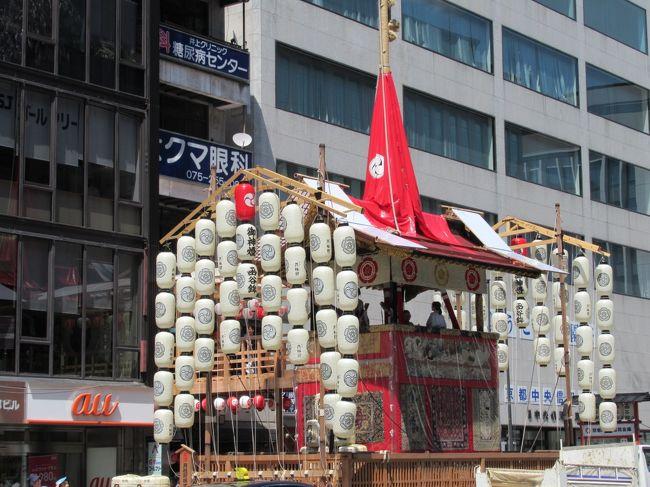 7月1日から、31日まで行われる、京都の祇園祭。<br />その中でも、最も盛り上がる時期が14日から16日です。<br />夕方からは、四条通りも歩行者天国になり、より人出で賑わいを見せます。<br />あいにく昼間に行ったのですが、この日の京都の最高気温は、なんと38.5度の猛暑になりました。<br />1週間ほど前には、豪雨で京都も被害があり、一転しての気温です。<br />その暑さのせいで、一部を除いてはそんなに混雑はしていない様子です。<br />おそらくは、夕方から繰り出す方が多いと思います。<br /><br />祇園祭 http://www.kyokanko.or.jp/gion/index.html<br /><br />京都市観光協会 http://www.kyokanko.or.jp/taxi/taxi_0018.phtml