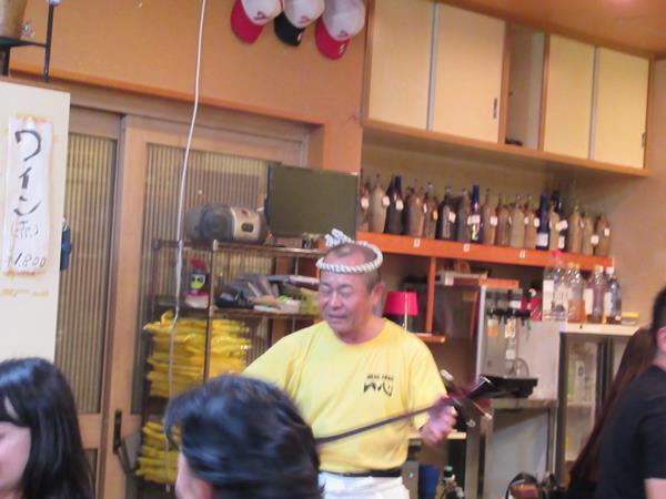 旅の4日目の夜は読谷村の居酒屋一心に再び集結してみんなでおいしく楽しく過ごします。<br />途中から大将がノッテ来て三線ライブを披露。「いーやぁーさーさー」の掛け声で大盛り上がりしてくるとお客さんも歌い出し、挙句の果てに地元客らしい人が三線片手に沖縄の歌を名調子で!<br />沖縄独特の腕を使った踊りカチャーシーで私も参加していたら、向こうから他のお客さんが近付いてきてカチャーシーで応じてくれました。<br />なんとも楽しい沖縄らしい夜を満喫です。<br />