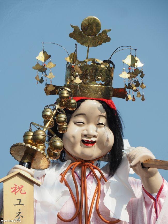 猛暑の中、先輩Iさんと4年ぶりに佐原の大祭・夏祭りに出掛けました。<br />熱中症に対する厳重な注意が必要とされる中、3日間、お祭りをされている地元の皆さんは、さぞかし大変だったと思います。<br /><br />佐原の大祭は、7月10日以降の金・土・日曜日に行われる八坂神社祇園祭と10月第2土曜日を中日とする3日間に行われる諏訪神社秋祭りの2つのお祭りの総称で、国指定重要無形民俗文化財に指定されており、2年前にユネスコ無形文化遺産にも登録されました。<br /><br />上部に大人形、周囲に豪華な彫刻が飾り付けられた、総欅造りの山車が佐原囃子の音とともに歴史的町並みの中を曳き廻されます。<br />この祭りの起源は資料がなく詳細不明ですが、佐原は江戸時代中期から利根川舟運により繁栄し、その財力を背景に祭文化が発展し、また江戸との深い経済・文化の交流から江戸の山王祭や神田祭を意識し「江戸より優った山車祭り」の実現を目標に形成され、約300年にわたりその伝統が今に引き継がれています。(パンフレットより)