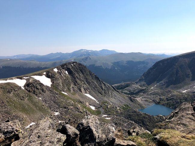 数か月前に急に思いついてロッキーマウンテンのトレッキングに行ってみることにした。直前まであまり走りこめてなくて体力が心配だったが、ロッキーの壮大な景色は最高の体験だった。トレッキングは今までにない高度と距離でかなりしんどかったが、なんとか2本のトレイルを歩ききった。登山と違いトレイルだから3,900メートル超えでも危険を感じずに歩くことを楽しめるのがとてもよかった。もっとランニングを走りこんで体力、肺活量をアップさせて、必ずまた戻ってこようと思った旅だった。