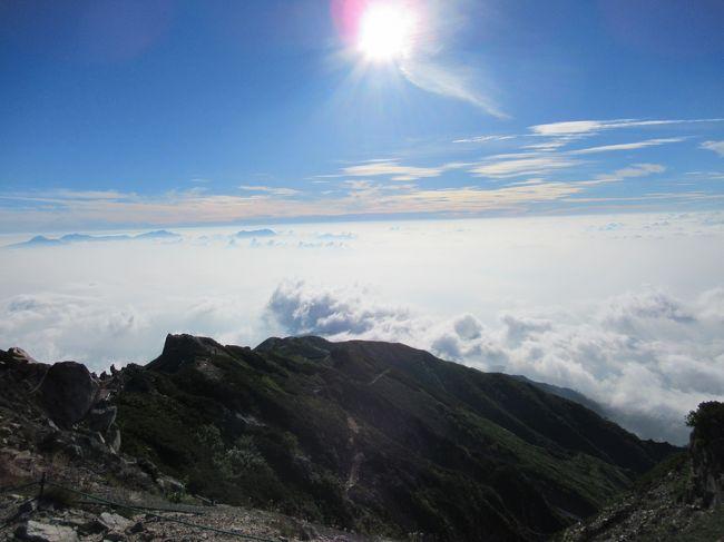 白馬八方の唐松岳、2千696mの初登頂に成功しました。<br />20代の頃は、スキーでよく行っていたところですが、馴染みもあり北アルプスデビューの切っ掛けともなりました。<br />若い頃は登山にはあまり興味が無く、歳を追うごとに憧れ焦がれてついに北アルプスデビューとなり嬉しく思います。<br />下界では連日の猛暑で、京都市内では気温40度に迫る勢いでしたが、北アルプスでは気温が全く違う様子です。<br />陽射しは熱いのですが、まるでクーラー効いた送風のような冷たい風が吹き付けており、湿度も低く過ごしやすい様子です。<br />登山の往復の途中までは、ゴンドラやリフトが使えて、北アルプスの中では比較的に初級者でも気軽に登山には行けるようです。<br />登山シーズンにはひっきりに無しに、連日登山客が訪れており、唐松岳山頂山荘では連日のように満員御礼だそうです。<br />個室以外は特に予約は要らないそうですが、遅めの到着予定には、やはり問い合わせた方が無難と言えます。<br />朝晩は特に冷え込みが強いので、薄めのダウンやウインドブレーカーなどの防寒着は必須です。<br />また、一部雪渓があり、迂回ルートもありますが、雪渓を行かれる方は転倒防止にも軽アイゼンが必須となります。<br />頂上付近の迂回ルートは、先般の豪雨の影響で一部崩落しており、閉鎖されていますので尾根コースを行かないと頂上へは行けませんのでご注意ください。<br />尾根コースは上級者向けとなりますので、岩稜帯の崩落や岩が剥離する危険性のある個所が多いです。<br />コースも狭く、両サイドが崖になっていますので、滑落の危険性が有り注意が必要となります。<br />それでも、北アルプスの峰々の絶景に目を奪われる事は間違いなく、ゆっくりと安全に景色を眺めるや写真などを取りながら、無理をしないで楽しんで山行を行ってもらいたいです。<br /><br />白馬八方 情報<br /><br />http://www.karamatsu-guide.com/<br /><br />http://www.vill.hakuba.nagano.jp/green/tozan_trekking/tozan_info.html
