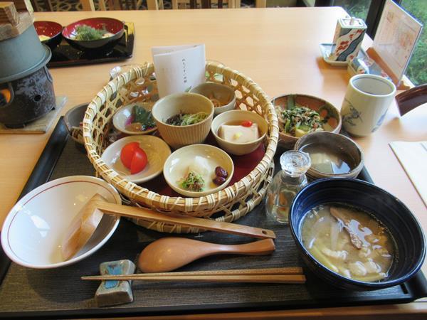 台風一過のこの日。朝食はホテル日航アリビラのレストラン佐和で頂くぬちぐすい御膳。ぬちぐすい(命薬)とは医食同源の沖縄料理。薬になるだけでなくとってもおいしいお料理の数々です。朝から健康になった気分!<br /><br />