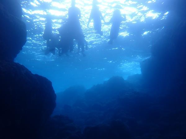 夏リゾート沖縄(21)台風の翌日なのに潜れた青の洞窟/ハワイアンカフェでロコモコ/アリビラのルームサービス和牛カレー