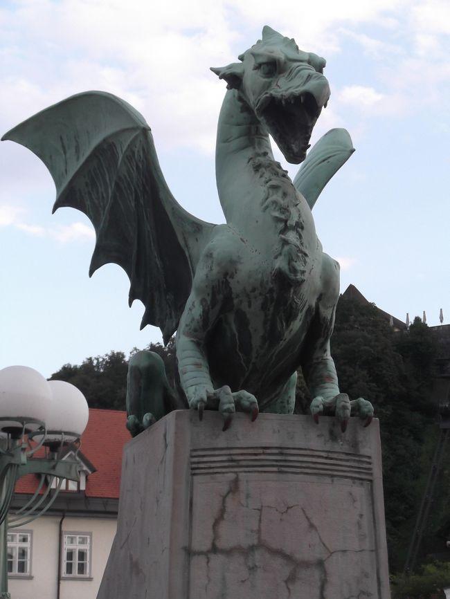 3日目夕方:リュブリャーナ城へ向かい、その後、街を巡る。<br />・・・・・・・・・・・・・・・・・・・・・・・・・・・・<br />2018年7月6日~16日:2018年8カ国弾丸周遊1<br />1)ドイツ・ミュンヘン、2)スロベニア・リュブリャーナ、<br />3-1)クロアチア・ザグレブ、3-2)ドブロニク、<br />4-1)ボスニアヘルツゴビナ・サラエボ、4-2)モスタル、<br />5-1)モンテネグロ・コトル、5-2)ポトゴア、<br />6)セルビア・ベオグラード、7)イタリア・ローマ、<br />8)アラブ首長国連邦・ドバイ<br />・・・・・・・・・・・・・・・・・・・・・・・・・・・・・・・・<br />1)7月 6日金<br />   中部国際航空発 EY889便21:50発⇒北京⇒アブダビ翌6:05着。<br />2)7月 7日土<br /> EY3 アブダビ9:05発⇒ミュンヘン13:40着。<br /> レジデンツ。HBでビール。23:11ミュンヘン発、夜行列車泊。<br />3)7月 8日日<br /> レスブレッド朝着。ブレッド湖を午前観光。ポストイナへ午後<br /> に洞窟ツアー。夕方、リュブリャーナ観光。泊。<br />4)7月 9日月<br /> ザグレブへ朝移動観光。サラエボへ22時夜行バス8時間車中泊。<br />5)7月10日火<br /> サラエボ観光。14時30発16時30分モスタル着、観光、泊。<br />6)7月11日水<br /> 7時30分発でドブロニクへバスで4時間。観光後、泊。<br />7)7月12日木<br /> 7時発、コトルへバス4時間。観光後、バス2時間、ポドゴリツァ<br /> へ観光。20時15分発クシェットで夜行列車。<br />8)7月13日金<br /> 6時ベオグラード着後、観光、泊。<br />9)7月14日土<br /> ベオグラード11:40発:EY2830アリタリア航空でローマへ。<br /> 13:15着後~18時,バチカン市国、ローマ観光。<br /> EY84、22:00発⇒アブダビへ。<br />10)7月15日日<br /> アブダビ05:55着、無料シャトル7時30分発でドバイへ。<br /> 着後17時まで約8時間観光後、再度、アブダビへ。<br />  EY888便21:30で北京経由名古屋へ。<br />11)7月16日月<br /> 90分ディレイで15時前に名古屋着。周遊終了。<br />