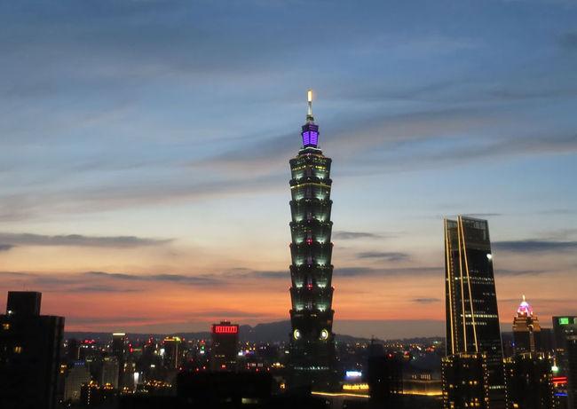 6回目の台北旅行の記録、その2日目の後半と3日目です。<br />2日目の前半の旅行記はこちら。<br />https://4travel.jp/travelogue/11378779<br /><br />皆さん、台北に慣れてくると台中や台南などに世界を広げるのが普通かと思いますが、私は今回も台北オンリー。<br />まだまだ行きたいところが山ほどあるんですよね…(単にビビりという噂も)。<br /><br />航空券は特典航空券。<br />昨年8月に沖縄に行った残りの行程をようやく使います(券面上は去年の8月から東京でストップオーバー中の扱い)。<br />本当は1月に予定していたのですが、10月と12月に日帰りと1泊2日の弾丸旅を挟んでしまったので、さすがに遊びすぎで家族会議に召喚されそうなので延期。<br /><br />2017年10月の弾丸日帰り旅はこちら。<br />https://4travel.jp/travelogue/11333026<br /><br />2017年12月の弾丸1泊2日旅はこちら。<br />https://4travel.jp/travelogue/11353476<br /><br />ホテルは当初はちょっとお高めのところを予約していましたが、5月に調べたら口コミの評価の高いホテルがお安くなっていたのでそちらに変更。<br />今回初めてBooking.comを使いました。<br /><br />今回は常客証を初めて持ち込んでの訪台。<br />街歩きしながらダラダラ美味しいものを求めるだけの旅行記ですが、お付き合いくださると嬉しいです。