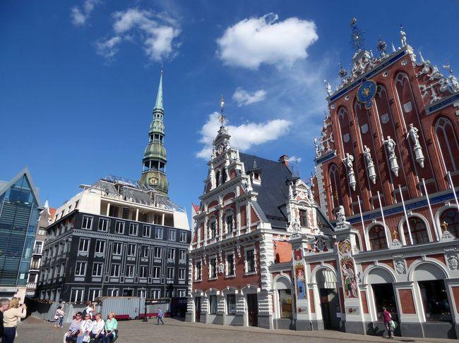 6月上旬にバルト3国を訪問しました。エストニア→ラトビア→リトアニア→ラトビア→エストニア、の順でバルト3国を車でぐるりと巡りました。バルト三国ではそれぞれの首都であるタリン、リガ、ビリニュスを中心に中世の建造物が今日まで保存され、美しい町並みが広がっています。ラトビアの首都リガは、ユネスコ世界文化遺産に登録されている美しい街です。旧市街だけでなく新市街にも見事な建造物がありました。見所が沢山ありました。<br /><br />この旅行記はラトビアの旧市街と新市街訪問記です。徒歩圏内に見所が集まっていたので、効率的な観光ができました。6月中旬は天候も良く、日も長いので夜9時過ぎまで観光することができました。レストランの料理も日本人味覚にマッチして、とても美味しく感じました。リガは「バルト海の真珠」とも呼ばれる町ですが、ラトビアの歴史では外国に支配された期間も長く、複雑な要因も含まれているように感じました。現地の観光案内ではラトビア語、ロシア語、英語が使われていました。彫像や建物で、ロシア、特にソ連の影響も感じられました。ソ連時代に建てられた像や建物は何となく違和感がありました。